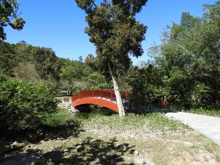 紅色的拱橋也是重新打造的