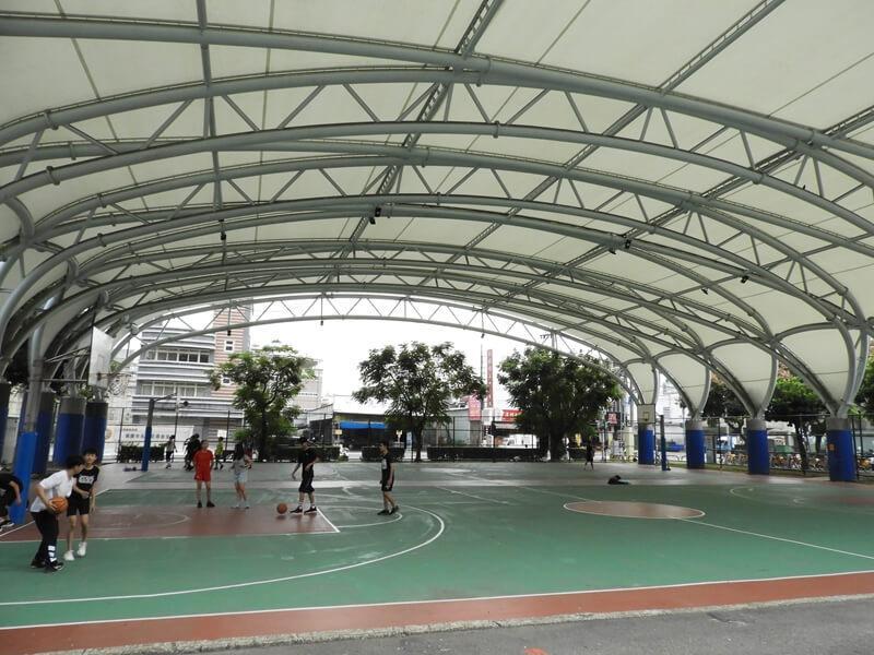 跑道旁邊有籃球場