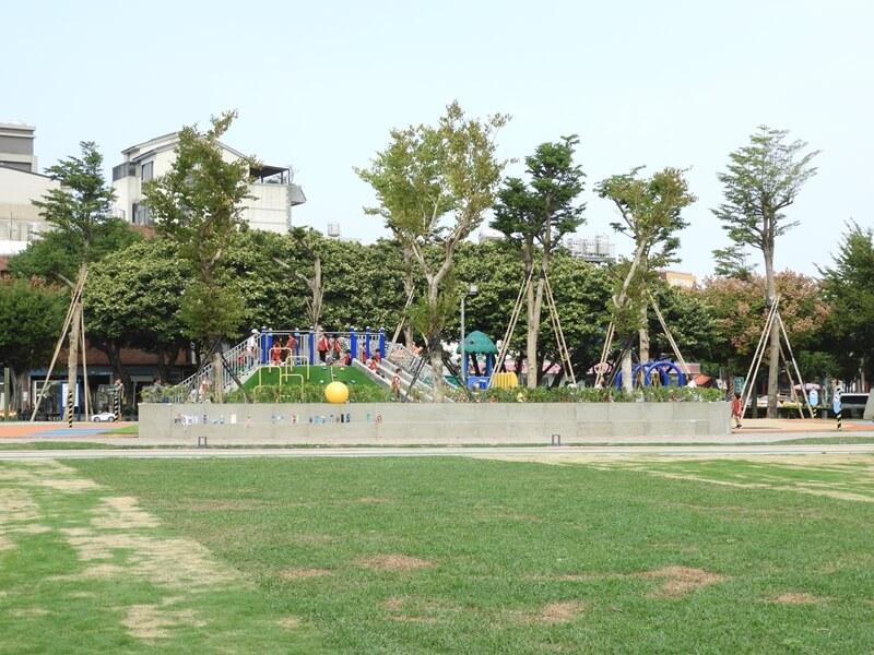 草地前方就是兒童遊戲區