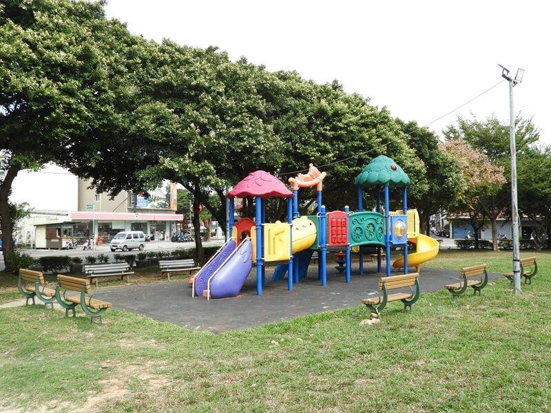 原本的公園兒童設施也保留