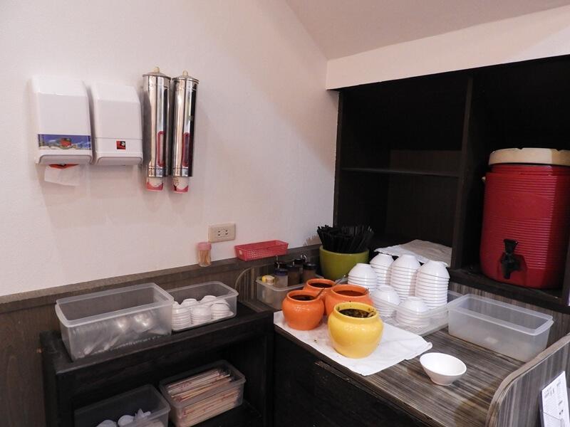 家禾麵食館二店的醬料區