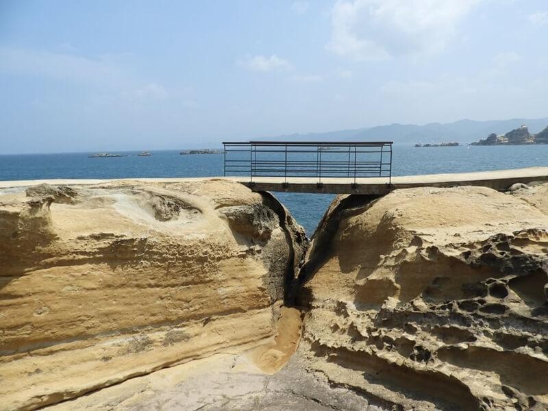 被海水及風侵蝕的地形上搭有橋