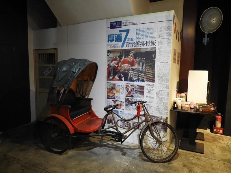 牆壁旁的三輪車