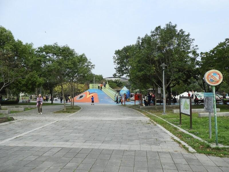 前進全新打造的新勢公園兒童遊戲區