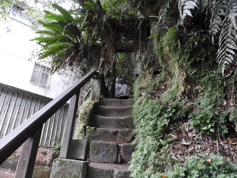 百年石頭屋後方階梯
