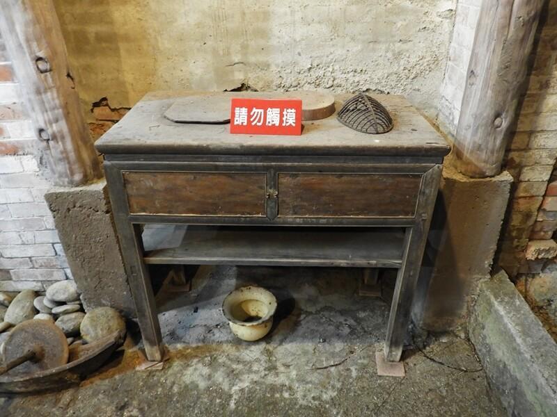 百年石頭屋內的木桌
