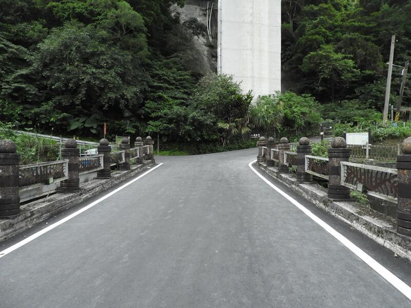 石碇溪旁的道路