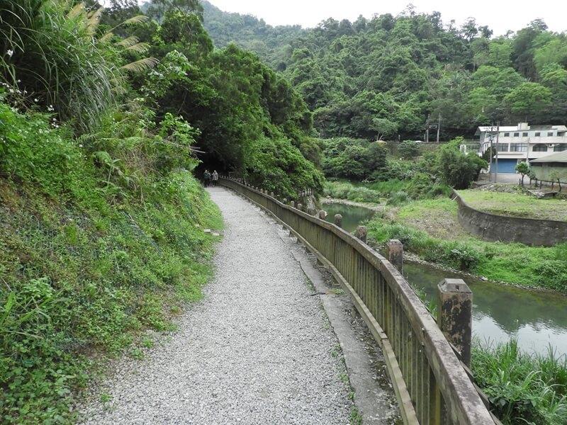 石碇溪旁的碎石小路