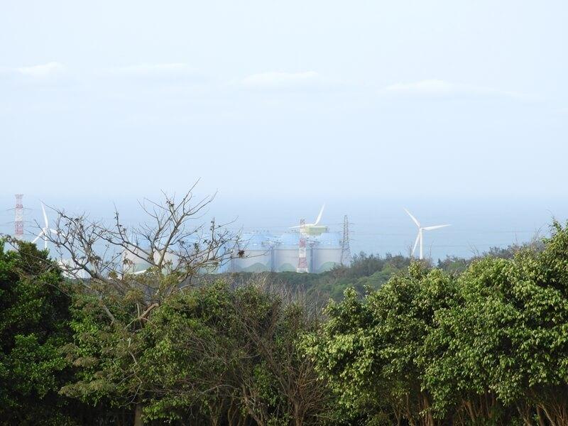 可以看到遠方海邊的風力發電機